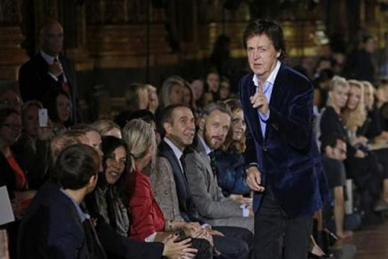 Tamu Spesial Stella McCartney di Paris Fashion Week