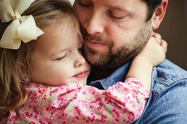 Foto Mengharukan Ayah dan Putri Ciliknya
