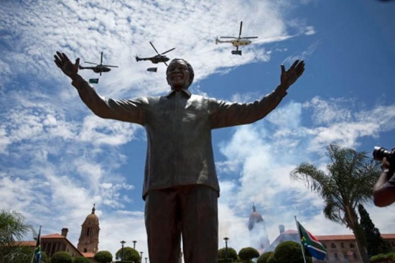 Patung Mandela Berdiri di Afsel