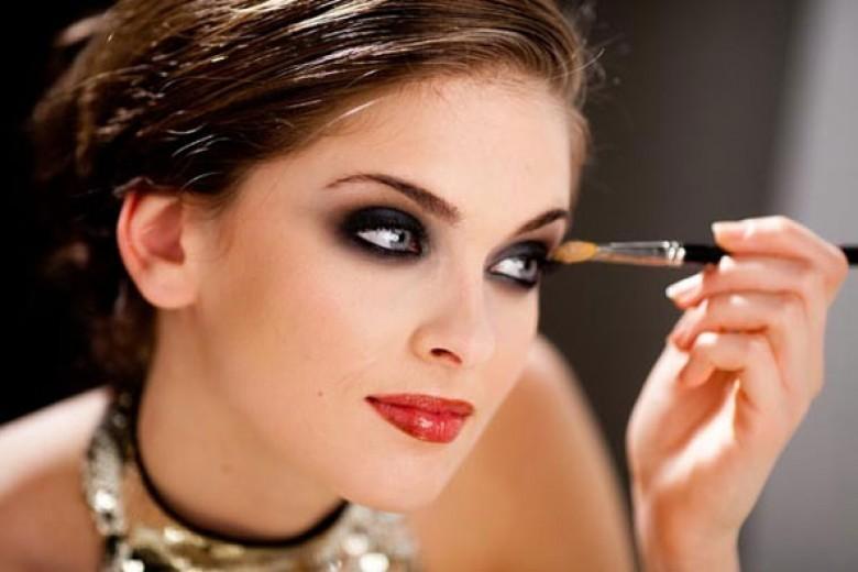 Hindari Maskara, Eyeshadow dan Eyeliner Luntur