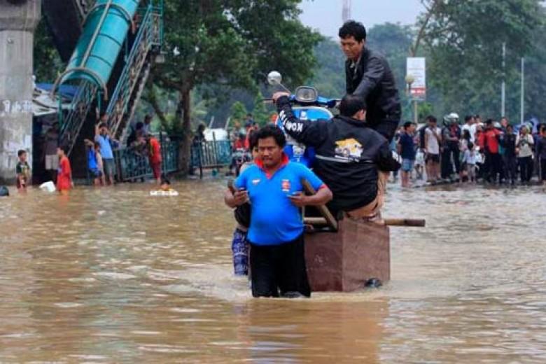Rezeki Gerobak di Tengah Banjir