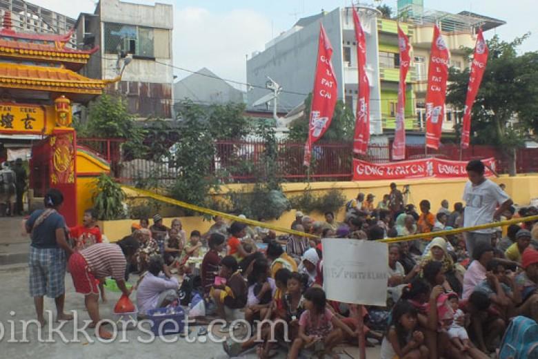 Ratusan Kaum Dhuafa Menunggu di Wihara