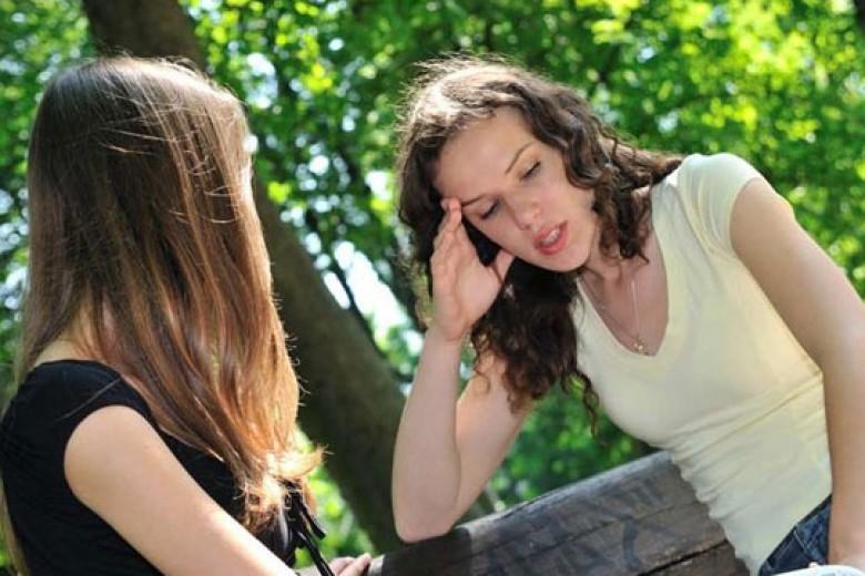 Berbagi Kisah Asmara Dengan Sahabat, Perlukah?
