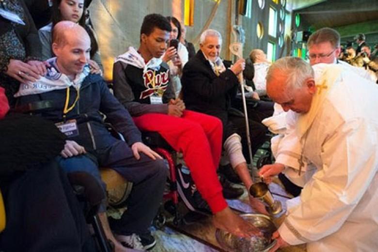 Paus Fransiskus Basuh Kaki Orang Jompo dan Laki-laki Muslim
