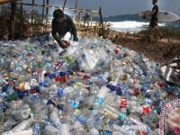 Pengrajin Gula Merah Gunakan Sampah Plastik