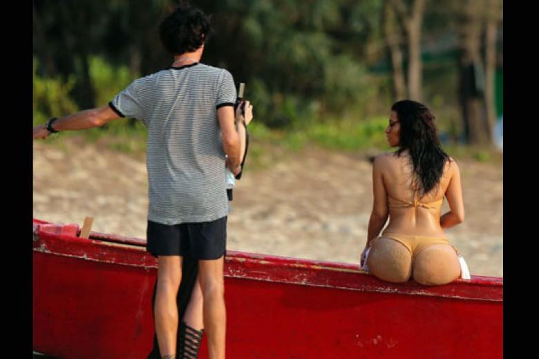 Seksinya Kim Kardashian Berbikini Thong