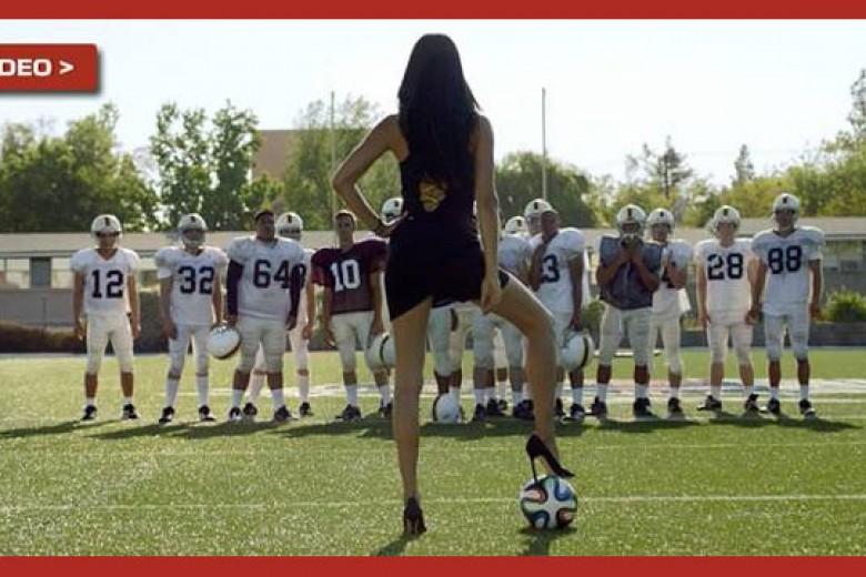 Seksinya Adriana Lima di Iklan Piala Dunia