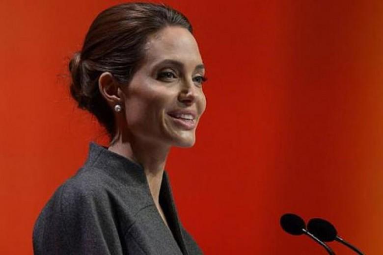 Angelina Jolie Dapat Gelar dari Ratu Inggris