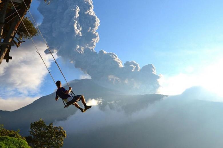 Main Ayunan Sambil Saksikan Gunung Meletus