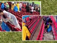 Fans Jepang Punguti Sampah di Stadion Brasil