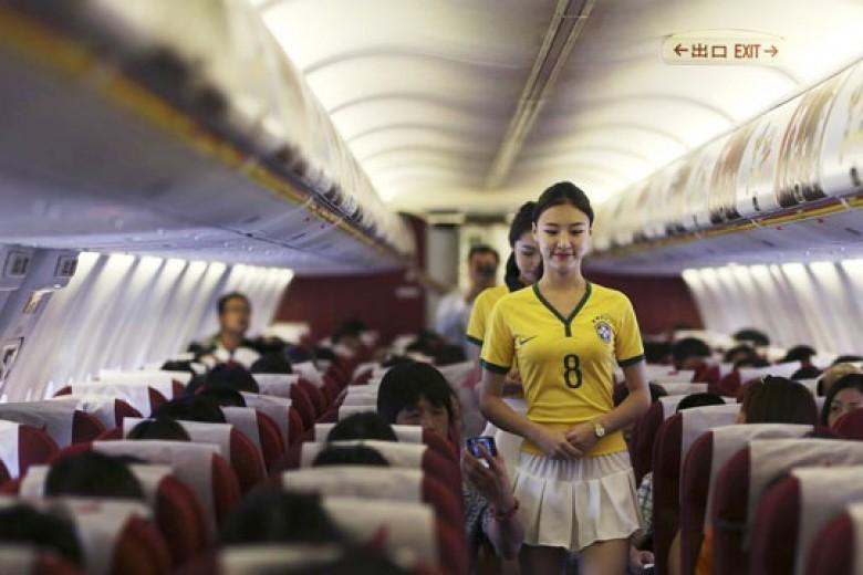 Layani Penumpang Dengan Jersey Brasil