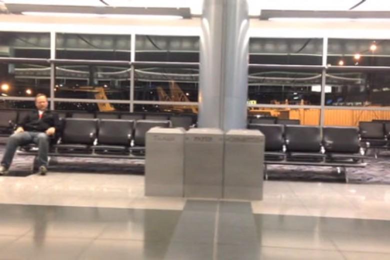 Terjebak di Bandara? Bikin Video Konyol Seperti Ini