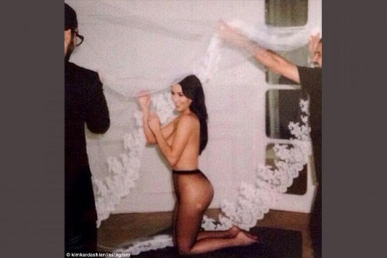 'Hadiah' Foto Topless dari Kim Kardashian