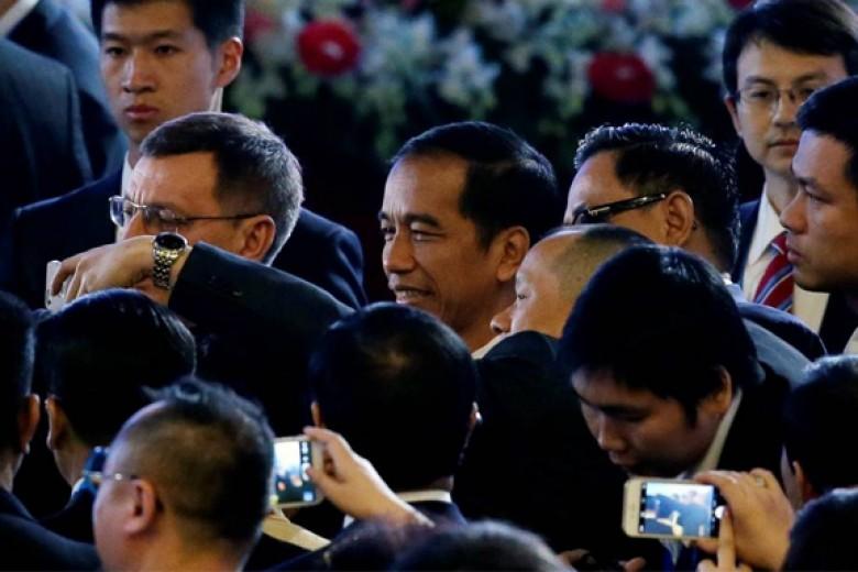 Jokowi Salaman dan Selfie Dengan Para CEO di APEC Beijing