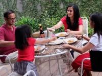 Cara Ersa Mayori Kenalkan Anak Makanan Sehat