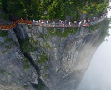 Berani Jalan di Skywalk Tiongkok Ini?
