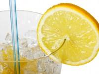 Irisan Lemon di Minuman, Segar atau Berbahaya?