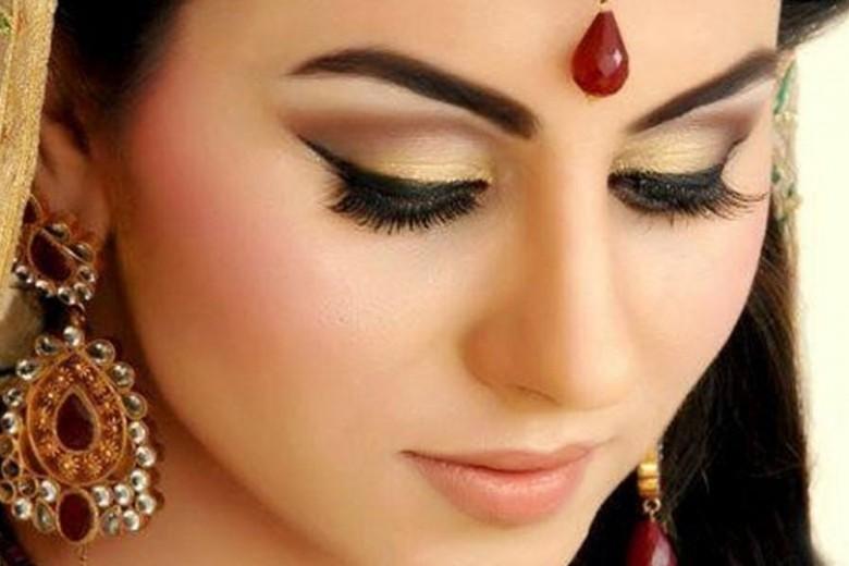 Inspirasi Gaun Bridal Keemasan ala India