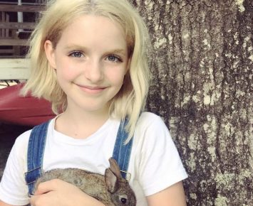 McKenna Grace Main di Film Annabelle 3