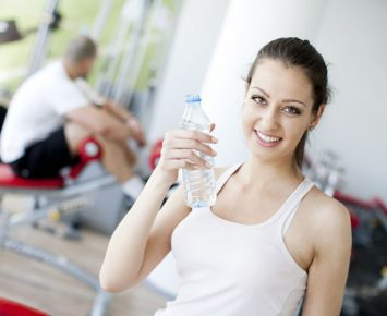 Minum Air Dingin Usai Olahraga Berbahaya?