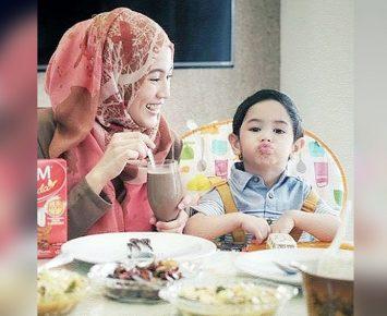 Alyssa Soebandono Ajarkan Anak Makan Bersama