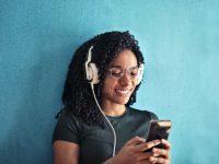 Atasi Stres dengan Mendengarkan Musik